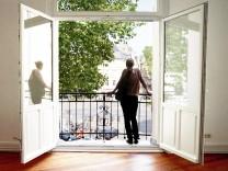 Wohnung mieten Wohnungssuche Frau bei Wohnungsbesichtigung