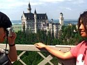 Touristen auf Neuschwanstein, dpa