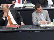 Arbeitsminister Olaf Scholz (links) und Wirtschaftsminister Karl-Theodor zu Guttenberg, Foto: AFP