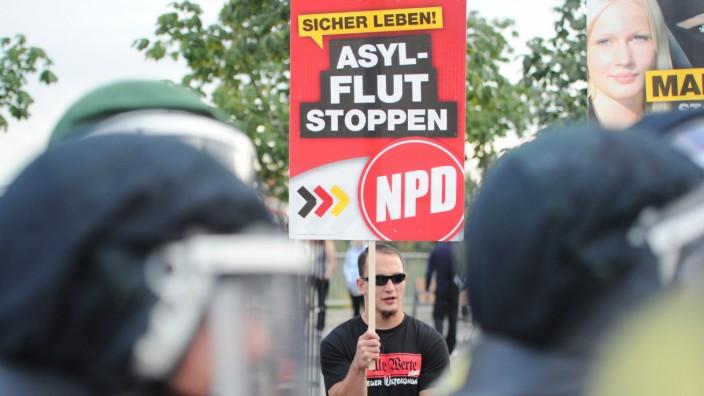Rechte demonstrieren gegen Flüchtlingsheim Hellersdorf