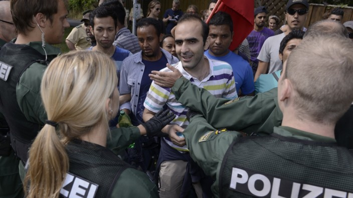 Polizei blockiert Protestmarsch von Asylbewerbern in Rottendorf