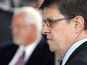 Schleswig-Holsteins Ministerpräsident Peter Harry Carstensen (CDU, l) und Schleswig-Holsteins SPD-Chef Ralf Stegner, dpa