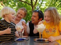 Familie beim Eisessen