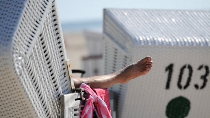 Mann in Strandkorb auf Sylt