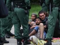 Eingekesselt: Die Polizei hat den Flüchtlingszug nach München am Sonntagvormittag auf der Ismaninger Straße in Freising aufgehalten.