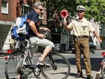 Polizei kontrolliert Fahrradfahrer.
