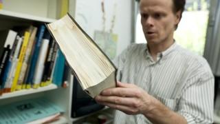 Olching: BUECHEREI - Leiter Matthias Wagner zeigt Bücher mit Wasserschaden