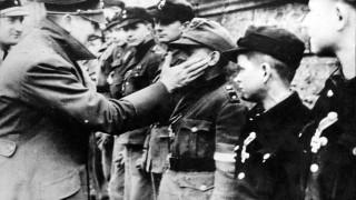 Adolf Hitler mit Hitlerjungen, 1945 SCHERL SZ Photo