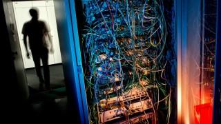 Serverschrank mit Netzwerkkabeln