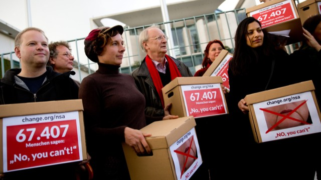 Schriftsteller protestieren vor Kanzleramt