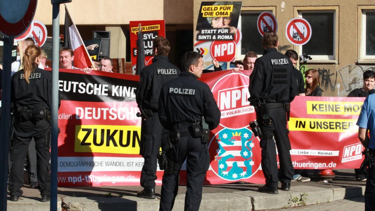 Behörden gehen gegen NPD-Plakate vor