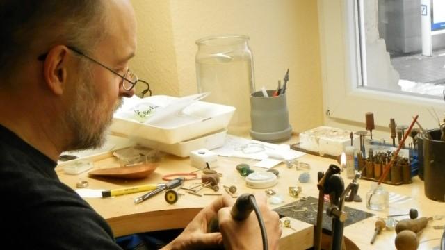 Hans-Peter Weyrich, Designer der Deutschlandkette von Angela Merkel bei der Arbeit.
