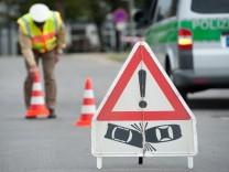 Unfallschild und Polizist bei einem Verkehrsunfall