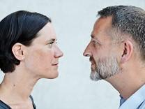 Ein Paar schaut sich in die Augen