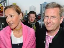 Christian Wulff, seine Frau Bettina und Filmunternehmer David Groenewold