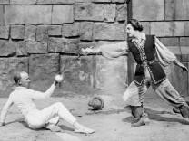 """John Gilbert in """"Die große Parade"""", 1924"""
