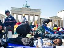 Flüchtlinge am Brandenburger Tor verschärfen Protest