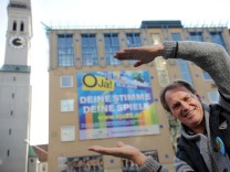 Markus Wasmeier vor dem Plakat der Befürworter von Olympischen Winterspielen in München 2022.