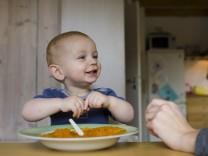 Kleinkind isst Brei
