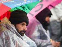 Rettungseinsatz bei den Flüchtlingen am Brandenburger Tor
