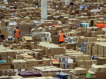 Pakete in einer Amazon-Lagerhalle