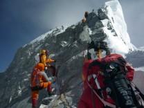 Eine Gruppe Bergsteiger auf dem Weg zum Gipfel des Himalaya