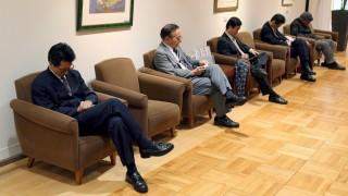 Schlaf macht klug -Japanische Geschäftsleute bei einem Nickerchen