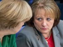 Bundeskanzlerin Angela Merkel (CDU,l) und Bundesjustizministerin Sabine Leutheusser-Schnarrenberger (FDP)