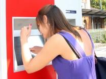 Fahrkartenverkauf am Automaten