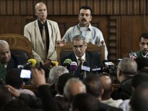 Richter Mohammed Fahmy al-Qarmuty (Mitte) spricht im Verfahren gegen führende Muslimbrüder in Kairo.