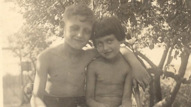 Zvi Aviram mit seiner Schwester Betty, 1934 im Garten der Familie Grünberg.