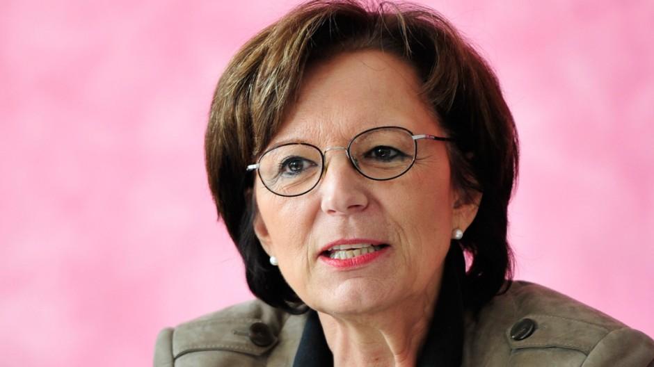 Emilia Müller besucht Aufnahmeeinrichtung für Asylbewerber