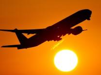 Flugzeug beim Start in den Sonnenuntergang
