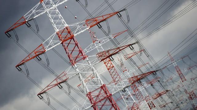 Stromleitungen vor dunklen Wolken