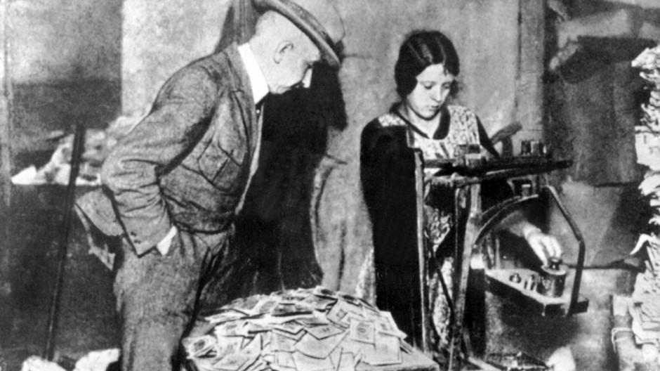 Inflation 1923 - Geldscheine werden gewogen