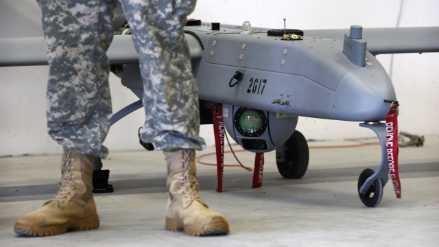 """Ein Soldat vor einer sogenannten """"Shadow""""-Drohne in der US-Basis in Vilseck-Grafenwöhr"""