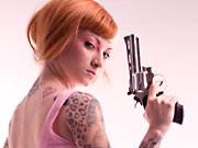 frau mit revolver