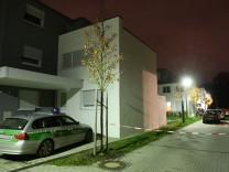 Hell erleuchtet war am Mittwochabend das Gebiet rund um den Tatort. 50 Einsatzkräfte suchten nach dem unbekannten Einbrecher.