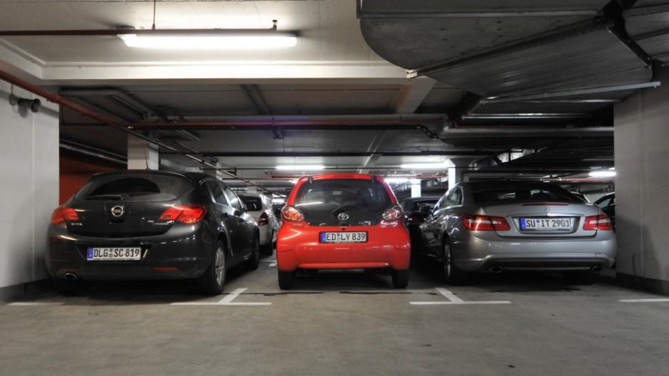 Opel Astra, Toyota Aygo und Mercedes E-Klasse Coupé in der Parkgarage Hauptbahnhof-Süd in München