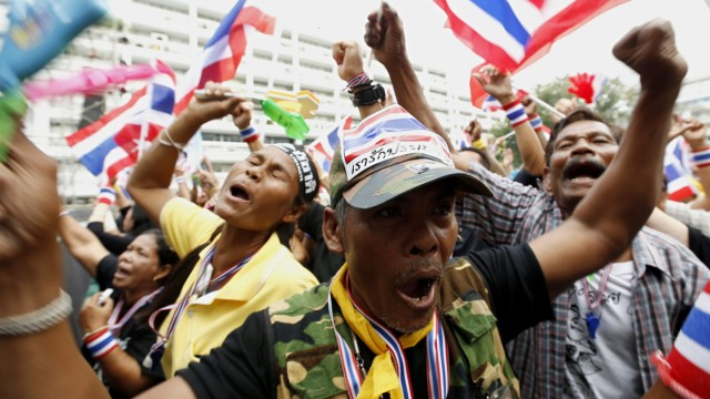 Tens of thousands of protesters attempt to paralyze Thai governme
