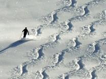 Skifahrer an einem Hang bei St.Märgen im Hochschwarzwald