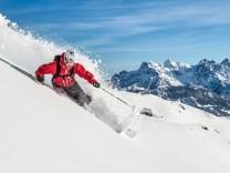 Skifahrer auf einer Skipiste bei Kitzbühel