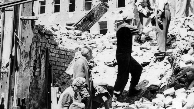 Frauen und Männer bei der Arbeit auf einem Schuttberg in München 1945