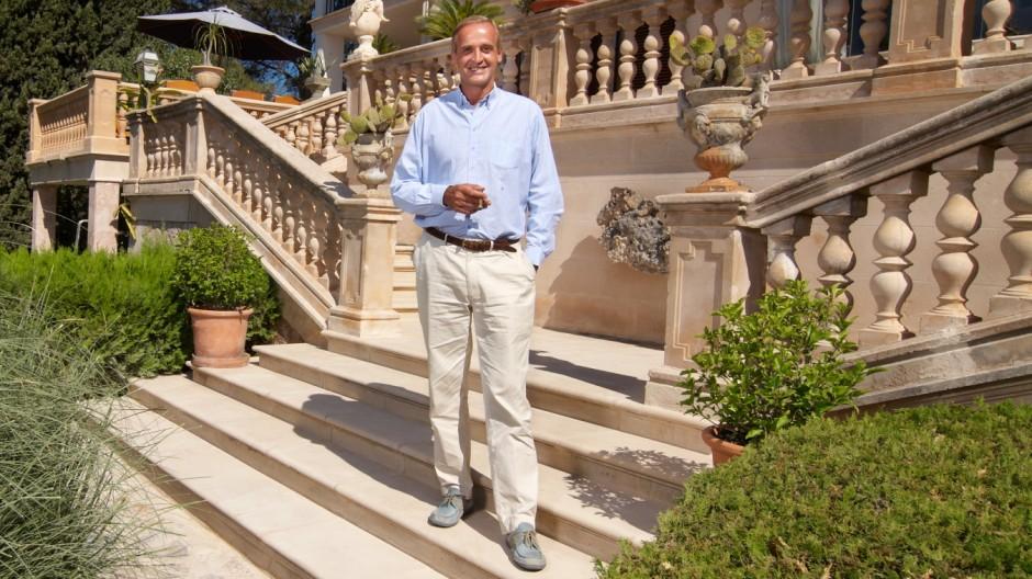 Florian Homm vor seiner Finca auf Mallorca