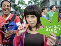 Uruguayans march in the day Marijuana legalization will be signed