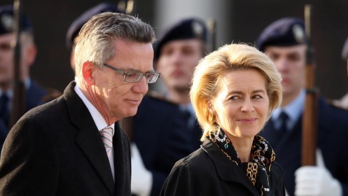 Der Minister uns seine Nachfolgerin: De Maizière übergibt das Verteidigungsminsterium an von der Leyen.