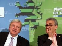 Der hessische Ministerpräsident Bouffier (li.) und der Grünen-Vorsitzende Al-Wazir bei der Vorstellung des Koalitionsvertrages.