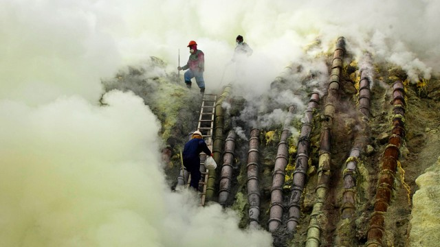 Indonesian Sulfur Miners Make Offering To Protect Against Disaster
