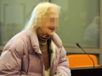 Oma Gertrud vor Gericht