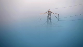Nebel hüllt Strommasten ein